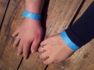 De blauwe polsbandjes op #FLB13