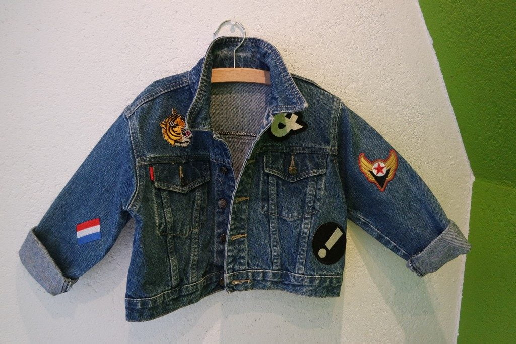 spijkerjasje_DIY_budget_patches_kidsfashion_tweedehands_mamablogger_ koopje_vintage_strijkapplicaties_mamablogger