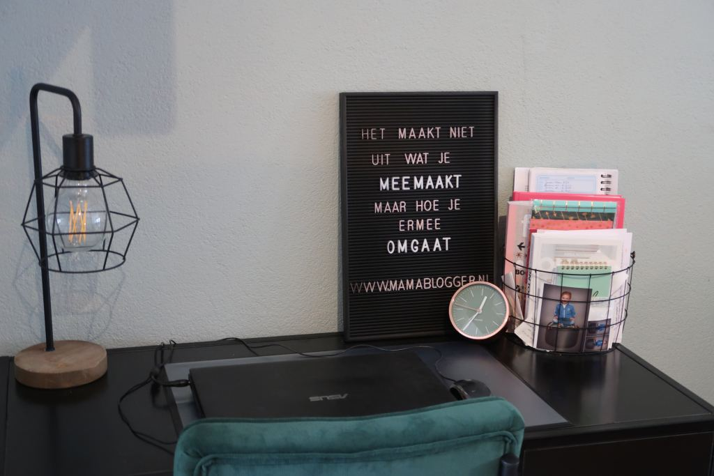 werkplek_mamablogger_industrieel_karwei_letterbord_mamablogger_marisca_