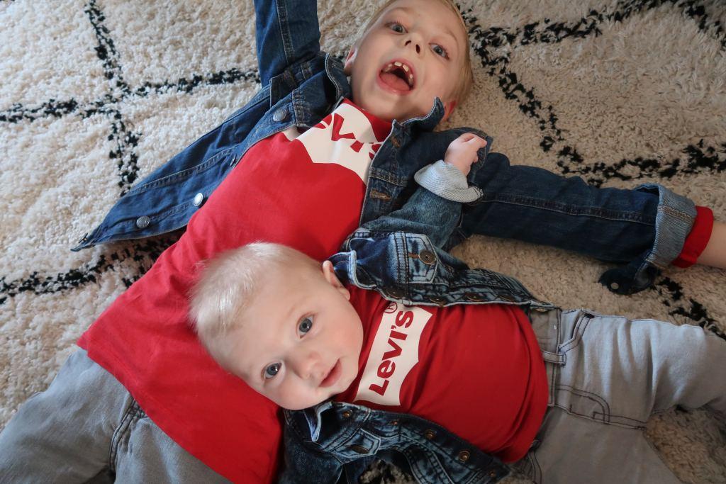 De aandacht verdelen tussen kinderen met een groot leeftijdsverschil