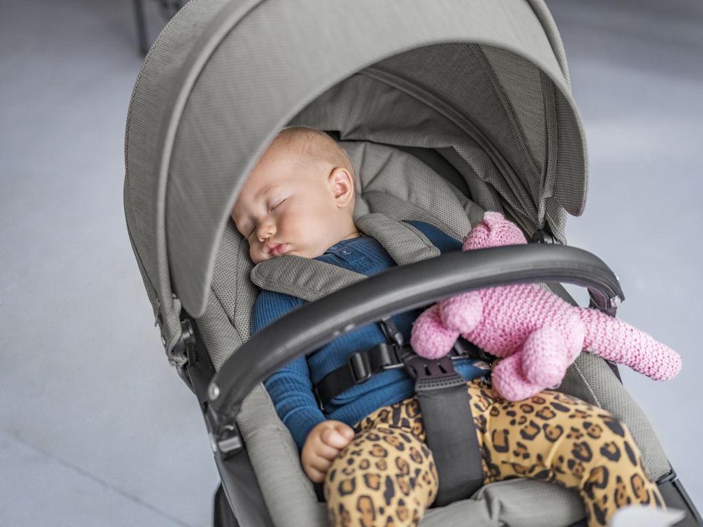 Ergonomische zitting De luxueuze, met dons gevoerde zitting is voorzien van een met kunstleer beklede beschermbeugel, die tevens dient als draaghandvat voor de reiswieg. De hoogteverstelbaarheid waar de Stokke Xplory om bekend staat, is verbeterd om je kindje nog beter te ondersteunen. Zelfs de kleinste baby's kunnen hierdoor lekker comfortabel liggen. Ook is de overkapping verlengd, om je kindje extra schaduw en bescherming te bieden als het buiten warmer wordt. De voetsteun is samen met een fysiotherapeut ontwikkeld en zo ontworpen om baby's optimale steun aan hun benen te geven. Kleine bungelende beentjes worden hiermee vermeden, hoe oud of groot je kindje ook is. De in hoogte verstelbare zitting zorgt er daarnaast voor dat je je kleintje zo hoog kunt zetten dat je elkaar in de ogen kunt kijken!