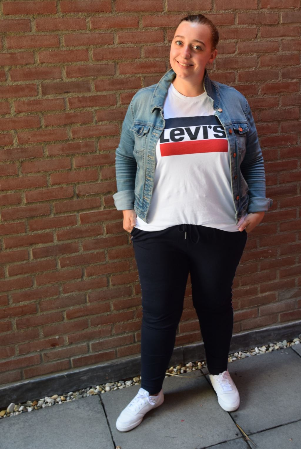moms outfit_sportief_mamablogger_outfitpost_Only_Levi's_Reebok_