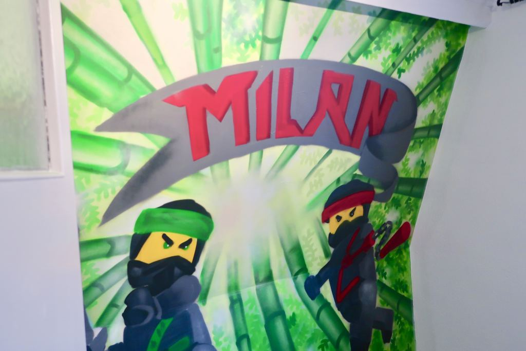 Milan kreeg een LEGO Ninjago graffiti muur in zijn kamer!